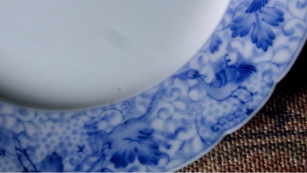 澄み切った白と鮮やかな青「深川ブルー」