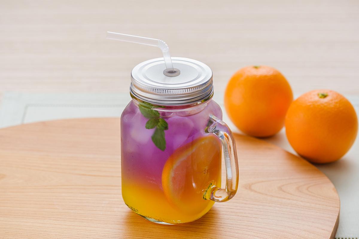 青いハーブティーと柑橘のグラデーション バタフライピーの夏限定ドリンク